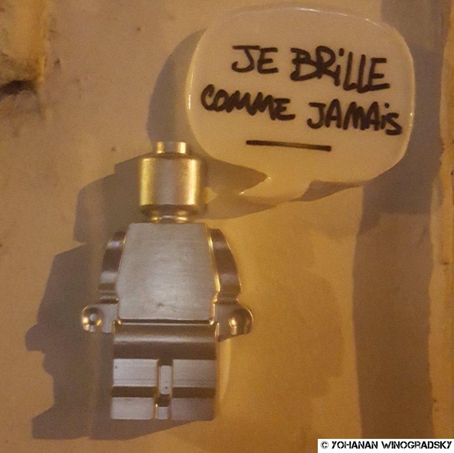 streetart paris balade avec lego to the party