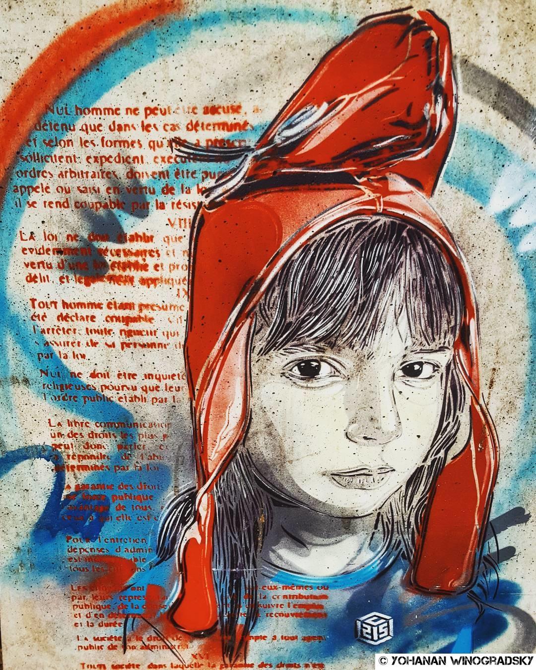 streetart paris par c215 qui représente sa fille nina coiffée du bonnet phrygien pour la collection femmes fortes de causette