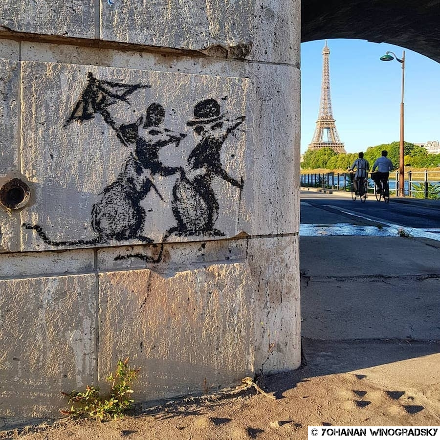 street art par banksy à paris près de la tour eiffel